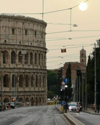 Tous les chemins mènent à Rome. Viva Italia ! #italia #italy #italie #roma #rome #coliseum #colisee #touslescheminsmenentarome #vivaitalia #loveitaly #cesar #julescesar #romain